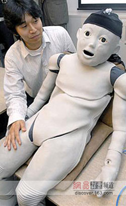 這個由日本科學家淺田埝和北野宏明發明的機器人叫做cb2,重約33千克