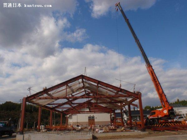 双坡屋面单层钢结构承重框架,搭建施工现场全景