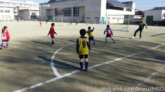 一、二年级的男孩和女孩混编在一起进行小场对抗比赛
