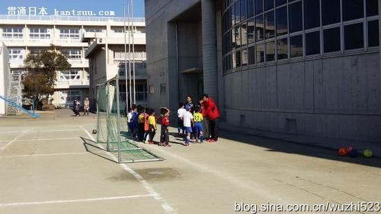 训练结束后,孩子们排队逐一和教练员鞠躬和握手致谢