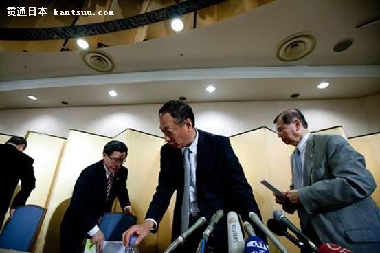 2012年8月27日,日本东京,郭台铭出席关于富士康与夏普合作的新闻发布会。资料图 此后,夏普情况丝毫未见好转:它两次未能按期向索尼交货,一次未能按期向东芝交货,而且数次未能向苹果按期交货。 瑞穗银行知道,郭台铭非常需要夏普。因为,作为一家OEM的加工厂家,鸿海已经拥有了苹果手机的外壳和集成电路的电子板,但唯独没有液晶屏。如果能够拿下夏普液晶屏,那么郭台铭的鸿海将可能是未来多少年内苹果的最大供应商。 于是,今年初,瑞穗银行和郭台铭再度联手出击。2月4号,郭台铭乘坐着他的私家喷气客机降落在羽田机场的跑道上