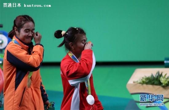 8月6日,泰国选手塔纳桑(左)、印尼选手阿格乌斯蒂亚尼在领奖台上喜极而泣。当日,在2016年里约奥运会举重项目女子48公斤级的比赛中,泰国选手塔纳桑以200公斤的总成绩获得金牌,印尼选手阿格乌斯蒂亚尼以192公斤的总成绩获得银牌,日本选手三宅宏美以188公斤的总成绩获得铜牌。新华社记者李明摄 上一页 [1] [2] [3] [4] [5] [6] [7]