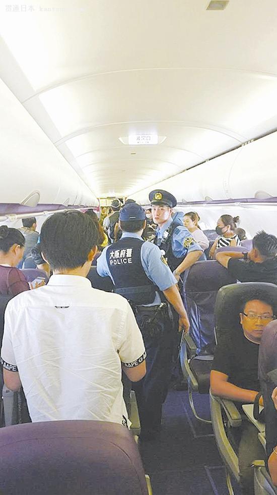 被滞留在飞机上的乘客 采访对象提供 据台州晚报8月22日报道:中华人民共和国的公民,当你在海外遇到危险,不要放弃!请记住,在你身后,有一个强大的祖国!这是《战狼2》片尾画面里的一句话,让每一个中国人都感到自豪和感动。 日前,浙江台州临海市22岁小伙金炜城的亲身经历,让他对此也感同身受。 8月20日,金炜城在日本遇到糟心事,飞机回程受阻,130多名中国乘客无奈滞留日本大阪关西机场。他抱着试试看的心态,一个电话打给中国驻日大使馆,当日得到了祖国的回应,全机人安全抵达上海。 回国受阻,全机人无奈滞留日本